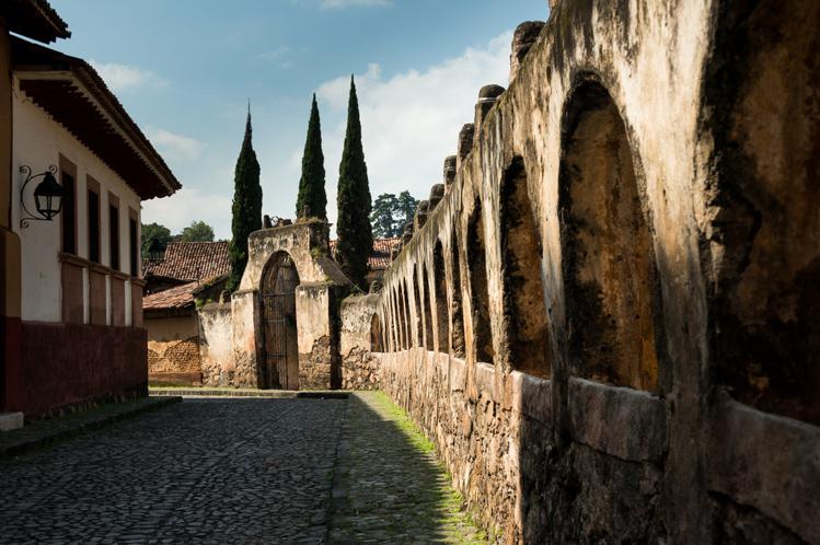 Historische Gebäude wie Kirchen sind glücklicherweise von der standardisierten Farbgebung ausgenommen.
