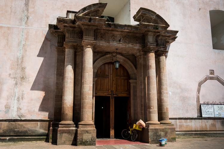 Mehrmals am Tag wird die Messe gehalten. Ein Strassenhändler hatte schnell sein Rad am Eingang abgestellt, um die Messe am Mittag zu besuchen.