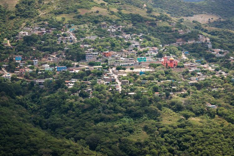 Wieder ein Dorf im nichts. Die Grösse der Kirche im Verhältnis zum Bruttosozialprodukt des Dorfes ist enorm.