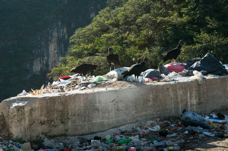 Abfallentsorgung: Man kippt den Müll über eine Mauer in die Schlucht runter.