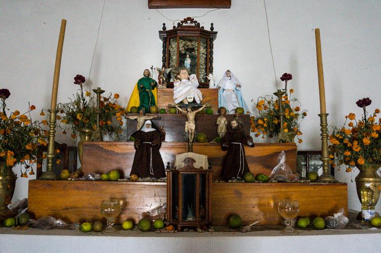 Der Altar, eine Mischung aus katholischen und zapotekischen Tradtionen
