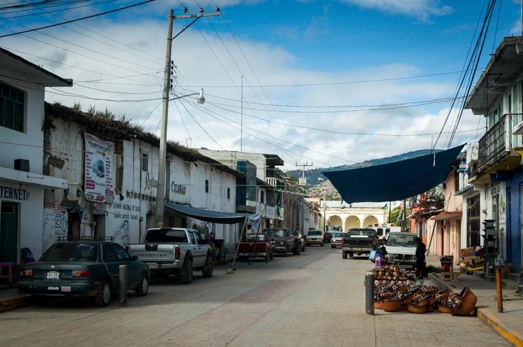 """Mitten in den Bergen liegt das Dorf """"San Juan Mixtepec"""". Die Hälfte der Bevölkerung hatte mal in den USA gearbeitet, so konnte ich wieder mal Englisch sprechen. Sie sprachen auch noch eine indigene Sprache, die fast nur in diesem Dorf gesprochen wird. Es tönte ähnlich wie Chinesisch, da es eine tonale Sprache ist."""