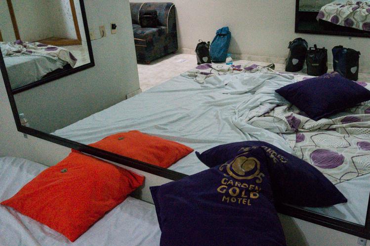 n Oaxaca selber waren keine Hotels mehr frei, da der Festtag 'Dia de Muertos' gefeiert wurde. Als Notlösung hatte ich in einem Vorort ein Stundenhotel erwischt. Mit Spiegeln rund ums Bett und bereit gelegtem Kondom.