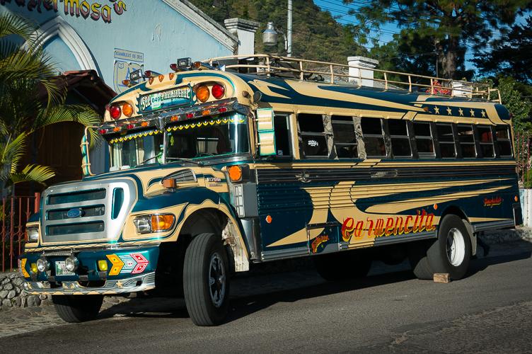 Die berüchtigten Chicken Buses - bemalte, alte amerikanische Schulbusse